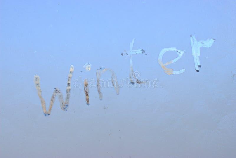 Winter geschrieben auf eisiges Winterfenster lizenzfreies stockfoto