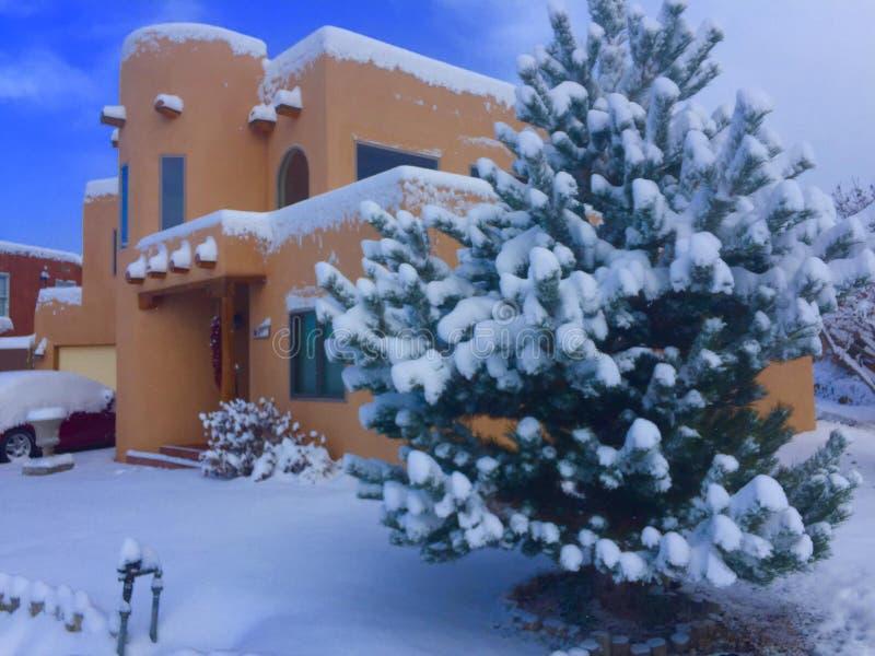 Winter-Häuser in Santa Fe stockfoto