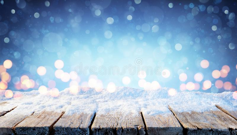 Winter-Hintergrund - Snowy-Tabelle mit Weihnachtslichtern stockfotos