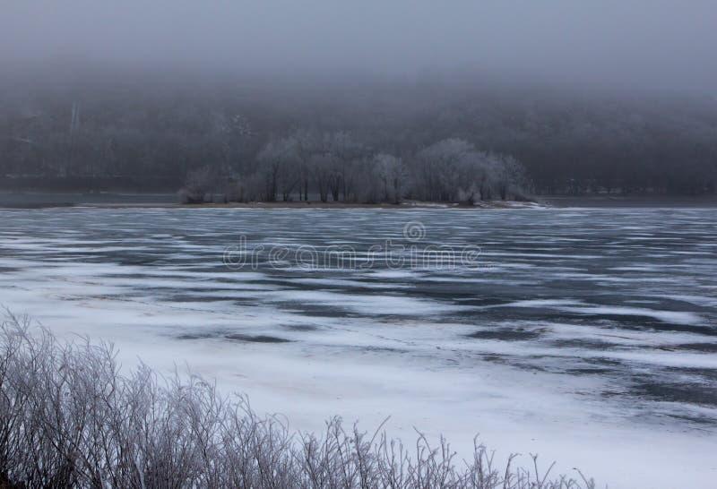 Winter Hoar Frost über dem gefrorenen Fluss stockbild