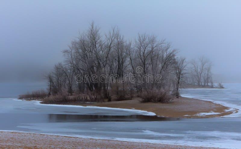 Winter Hoar Frost über dem gefrorenen Fluss stockfotos