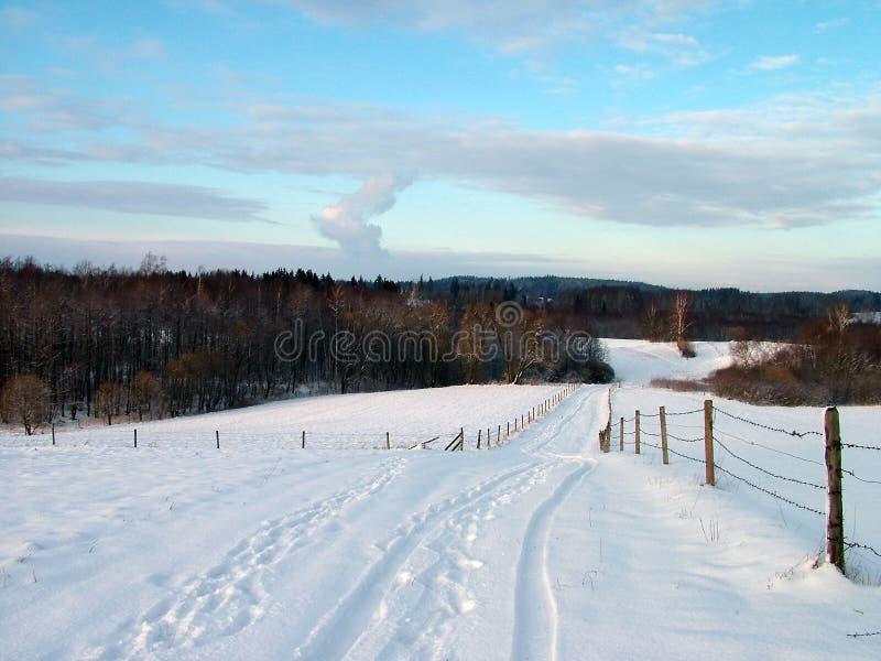 Winter im Dorf stockbild