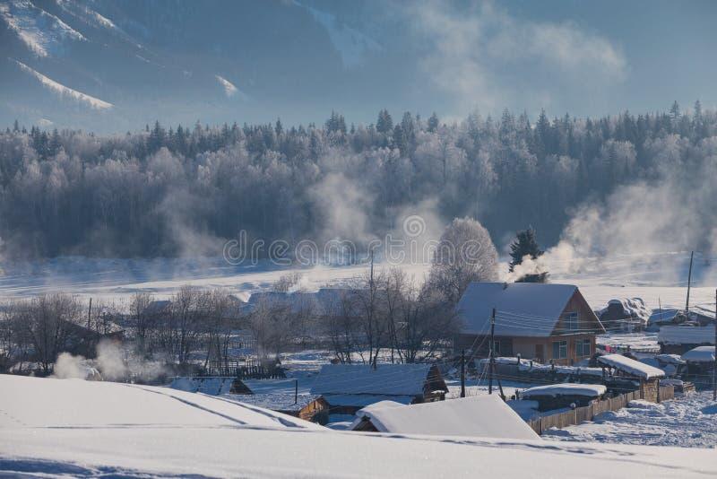 Winter im russischen Dorf stockfotos