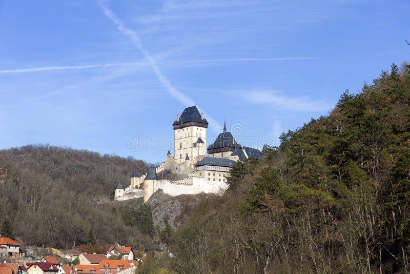 Winter-königliches gotisches Schloss Karlstejn nahe Prag am sonnigen Tag, Tschechische Republik lizenzfreies stockfoto