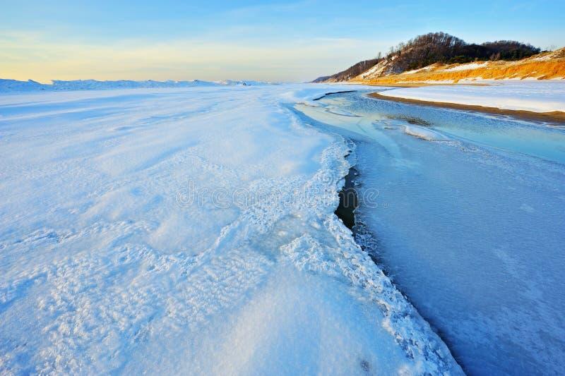 Winter-Küstenlinie-Michigansee lizenzfreies stockfoto