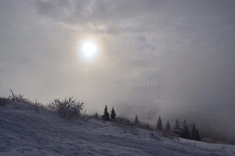Winter kommt oder schneebedeckte Berge lizenzfreies stockbild