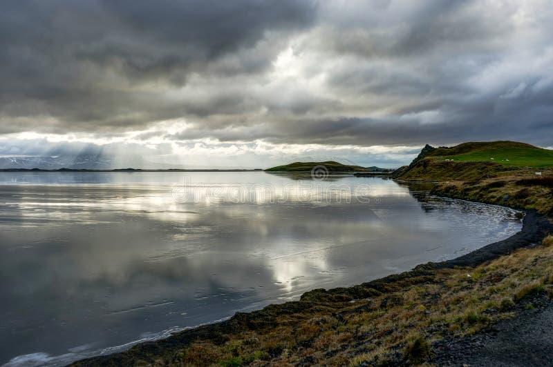 Winter Landschaft gefrorener See mit Reflexion und Eisschollen und c lizenzfreie stockfotografie