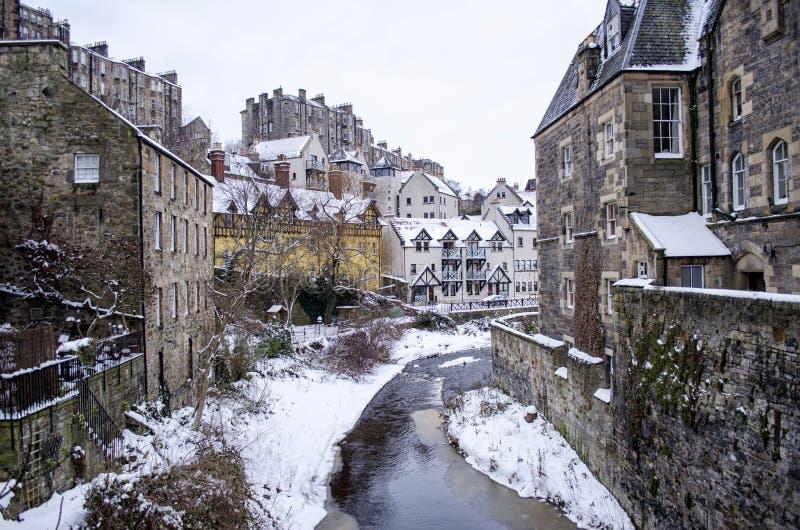 Winter-Landschaft mit dem Fluss, der zwischen Reihen von Häusern fließt lizenzfreies stockfoto
