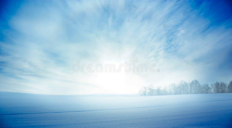 Winter-Landschaft mit Snowy-Feld und -aufgehende Sonne stockbilder
