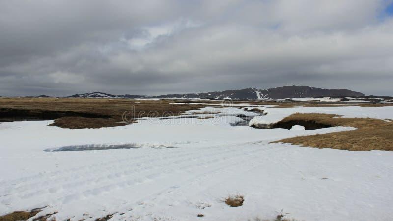 Winter-Landschaften und kleiner Fluss lizenzfreie stockbilder