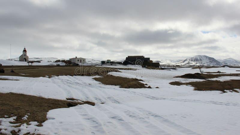 Winter-Landschaften und kleines Dorf mit Volcano View stockbilder