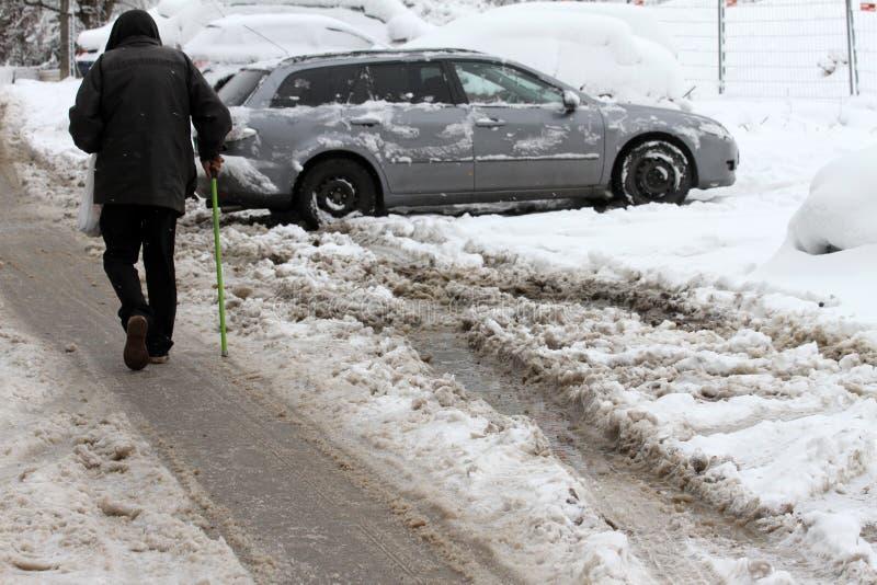 Winter Leuteweg auf sehr schneebedeckte Straßen Leuteschritt auf einer SchneeUmherirrenderbahn Eisiger Bürgersteig Eis auf Bürger stockfotos