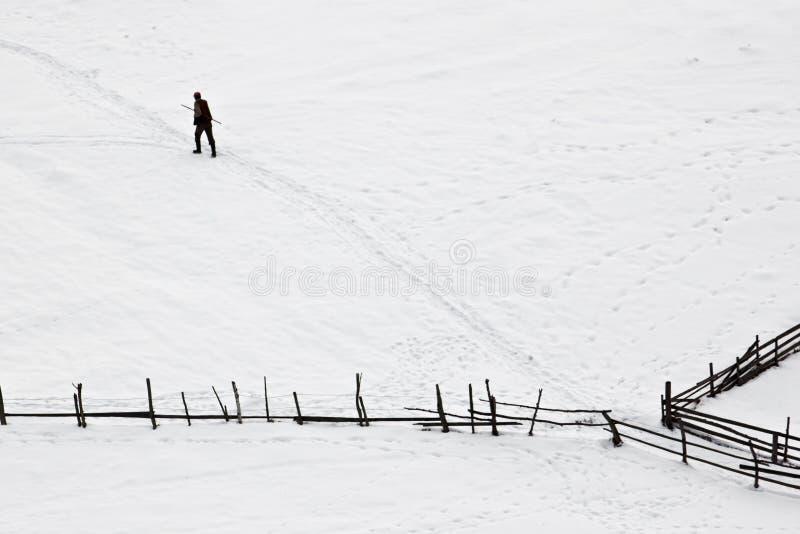 Winter mit dem Mann, der versucht, seine Methode zu finden lizenzfreies stockbild