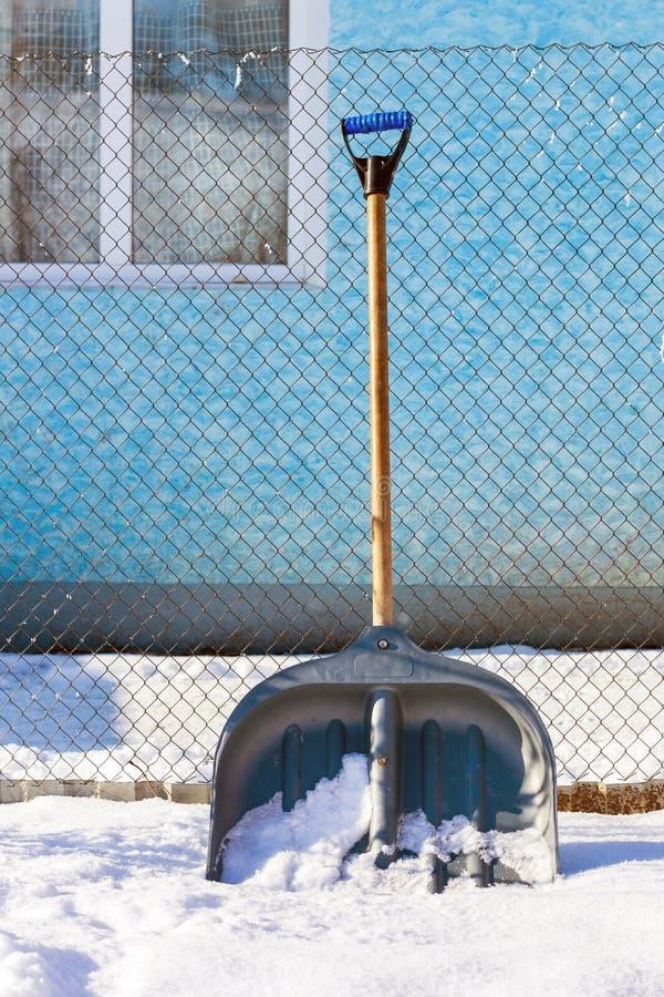 Winter, nahe dem Haus dort ist eine Schaufel für die Klärung des territ stockfotografie