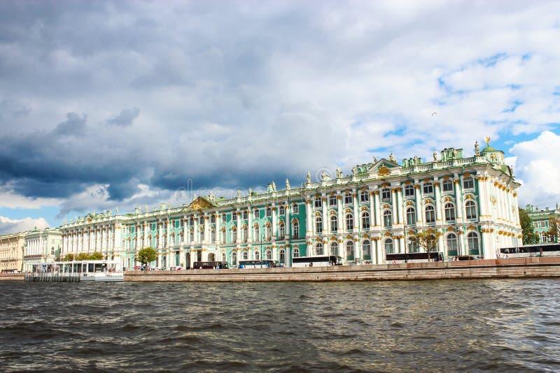 Winter-Palast-Einsiedlerei Palastdammfluß Neva lizenzfreies stockbild