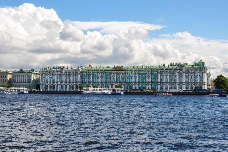Winter-Palast-Einsiedlereimuseum und Neva-Fluss, St Petersburg, Russland stockbilder