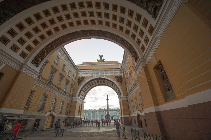 Winter-Palastansicht durch Senats-Bogen an der D?mmerung, St Petersburg lizenzfreie stockfotografie