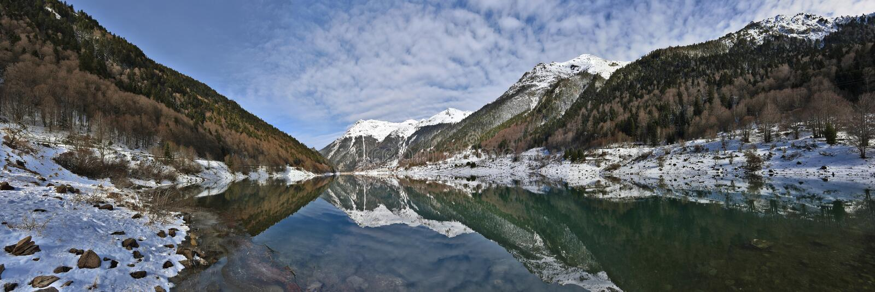 Winter-Panorama Fabreges See in Ossau-Tal auf Französisch Pyrenäen lizenzfreies stockbild