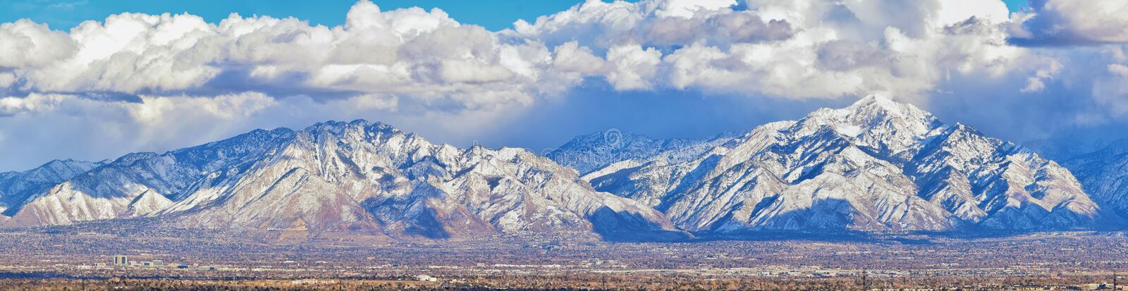 Winter-Panoramablick des Schnees bedeckte Wasatch Front Rocky Mountains, Great- Salt Laketal und Cloudscape von Bacchus Highway m lizenzfreies stockfoto