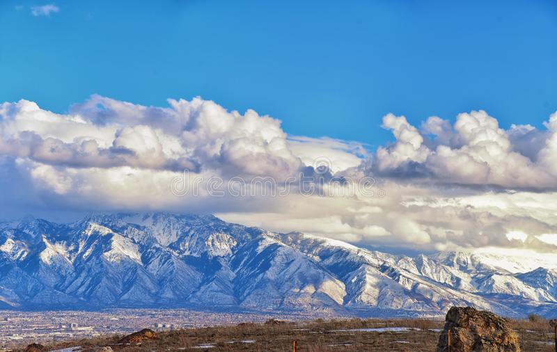 Winter-Panoramablick des Schnees bedeckte Wasatch Front Rocky Mountains, Great- Salt Laketal und Cloudscape von Bacchus Highway m lizenzfreies stockbild