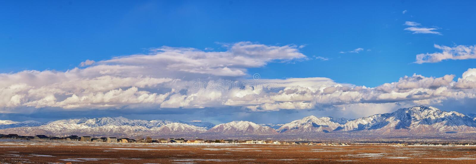 Winter-Panoramablick des Schnees bedeckte Wasatch Front Rocky Mountains, Great- Salt Laketal und Cloudscape von Bacchus Highway m lizenzfreie stockfotos