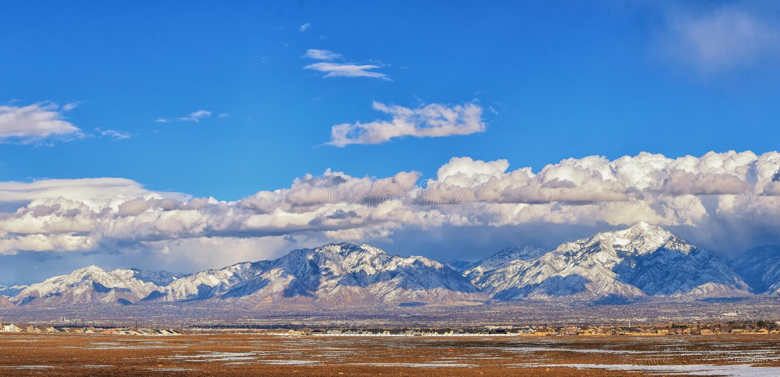 Winter-Panoramablick des Schnees bedeckte Wasatch Front Rocky Mountains, Great- Salt Laketal und Cloudscape von Bacchus Highway m lizenzfreie stockfotografie