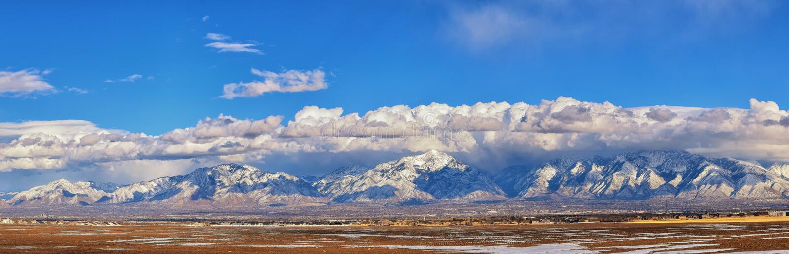 Winter-Panoramablick des Schnees bedeckte Wasatch Front Rocky Mountains, Great- Salt Laketal und Cloudscape von Bacchus Highway m stockfoto