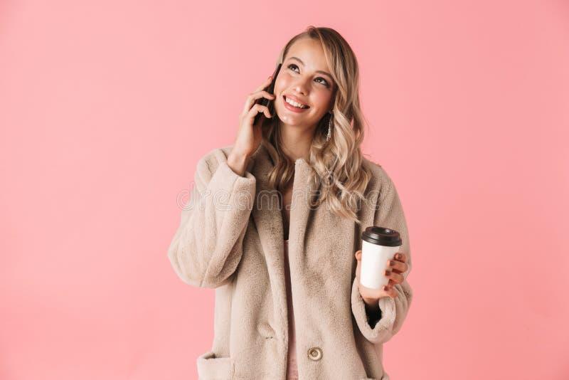 Winter-Pelzmantel der sch?nen jungen Blondine tragender lizenzfreie stockbilder