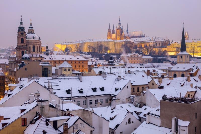 Winter in Prag - Stadtpanorama mit St. Vitus Cathedral und St. stockfotografie
