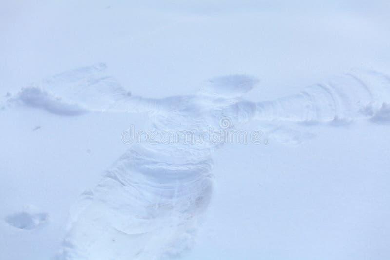 Winter-Schnee-Engel nach Kinderspiel stockbild