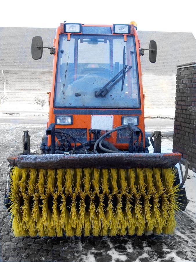 Winter - Schneekehrmaschinetraktor in Dänemark lizenzfreies stockfoto