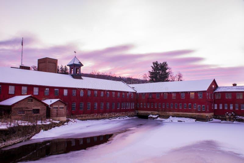 Winter-Sonnenaufgang an Collinsville-Mühle stockbild