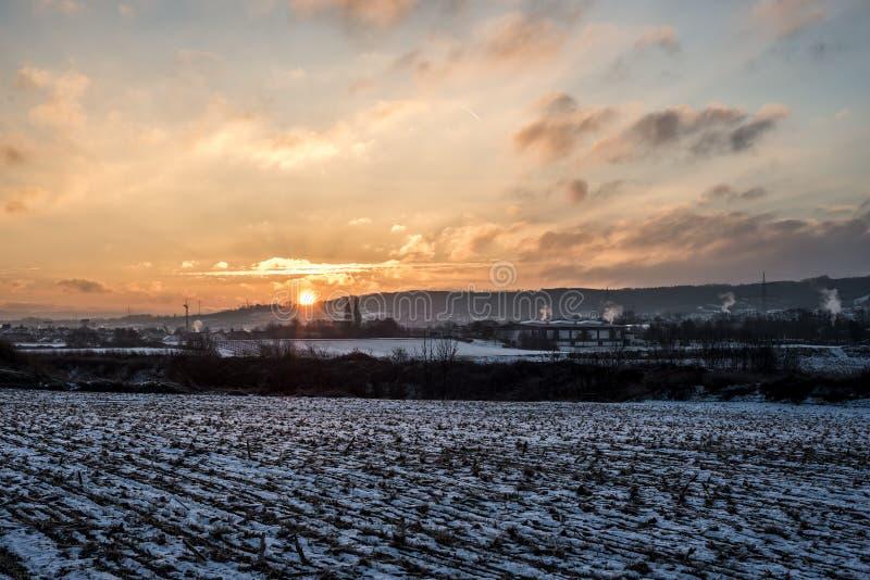 Winter-Sonnenuntergangsonnenaufgang Land-Landschaftschnee weiße bunte 2 stockbilder