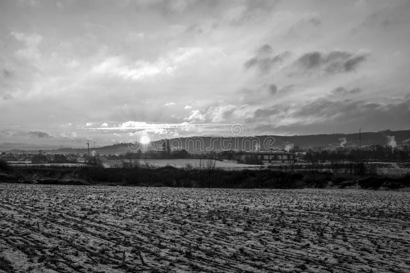 Winter-Sonnenuntergangsonnenaufgang Landlandschaftschneefarbschwarzweiß stockfotos