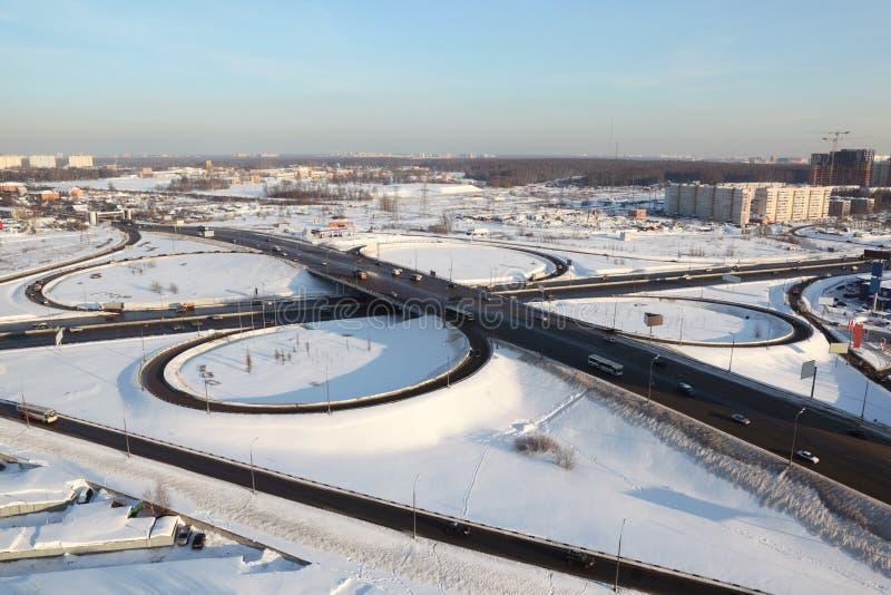 Winter-Stadtbild mit großem Austausch stockfoto