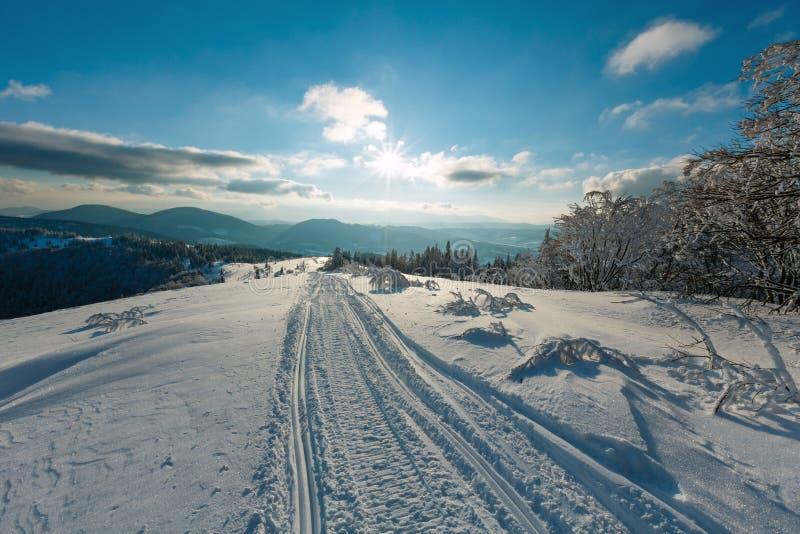 Winter sunshiny Gebirgsschneebedeckte Landschaft glättend stockfoto
