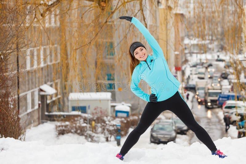 Winter-Training Tragende Sportkleidung des Mädchens, Übungen ausdehnend stockfotografie