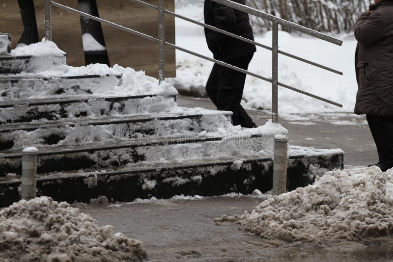 Winter Treppe Leute gehen auf sehr schneebedeckte Treppe zur Unterführung Leute treten auf eisige Treppe, glatte Treppe lizenzfreie stockfotografie