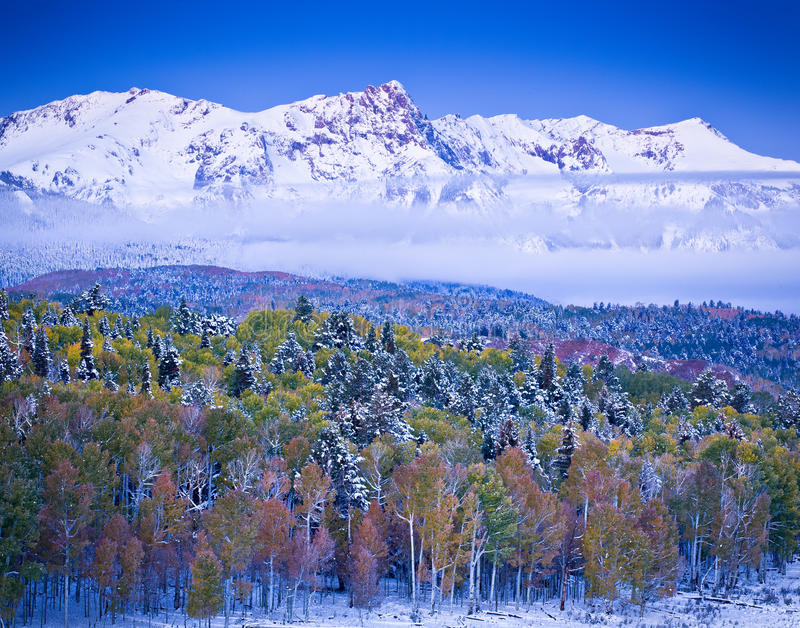 Winter und Autumn Collide in Colorado stockfotografie