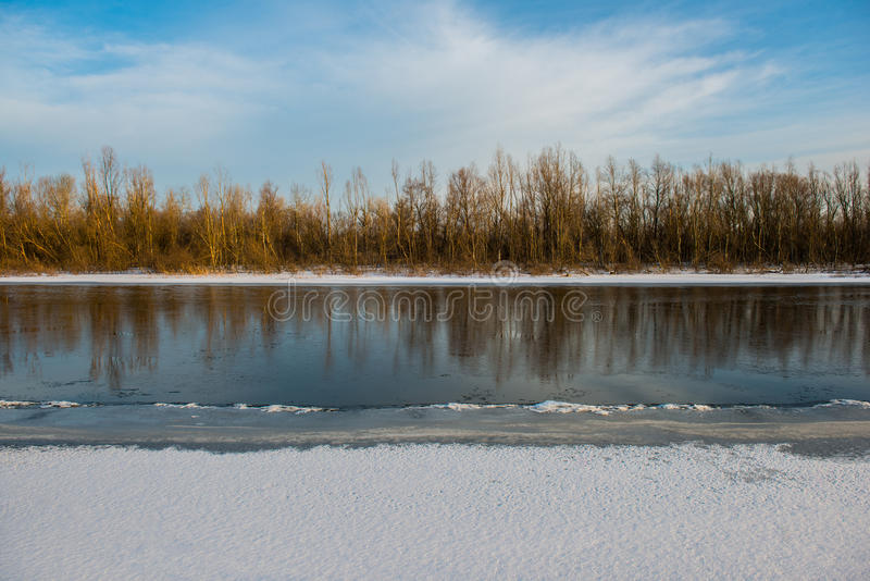 Winter und Fluss stockfotos