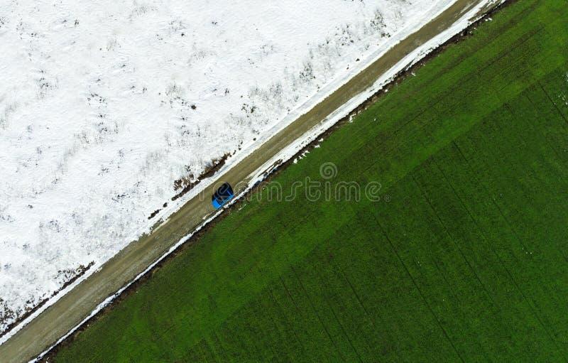 Winter- und Frühlingsfeld, Konzept der Saisonänderung stockfotos