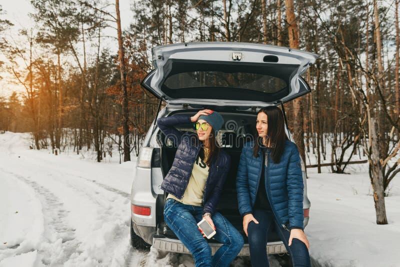 Winter-Waldauto der Freundinwinterabnutzung schneebedecktes Tages lizenzfreie stockfotografie