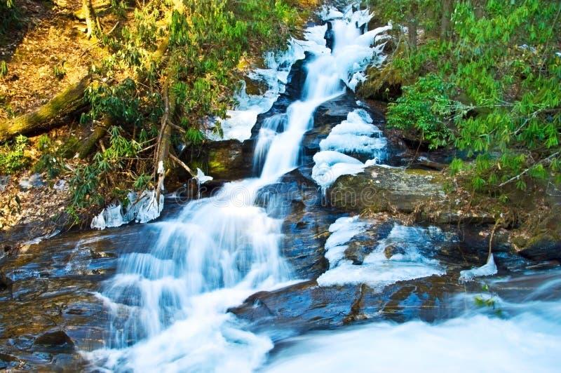 Winter-Wasserfall mit Eis stockbild