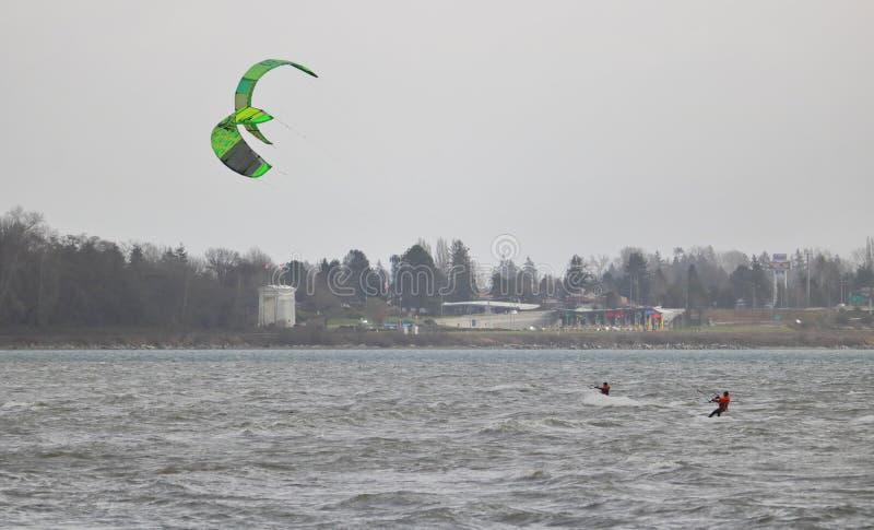 Winter-Windsurfen im weißen Felsen lizenzfreie stockfotografie