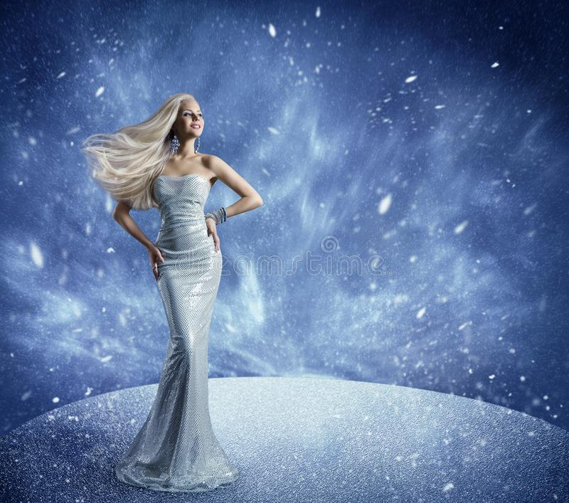 Winter Woman Fashion Dress and Hairstyle, Model Beauty Portrait in Snow, Long Gown Waving Hair stock foto