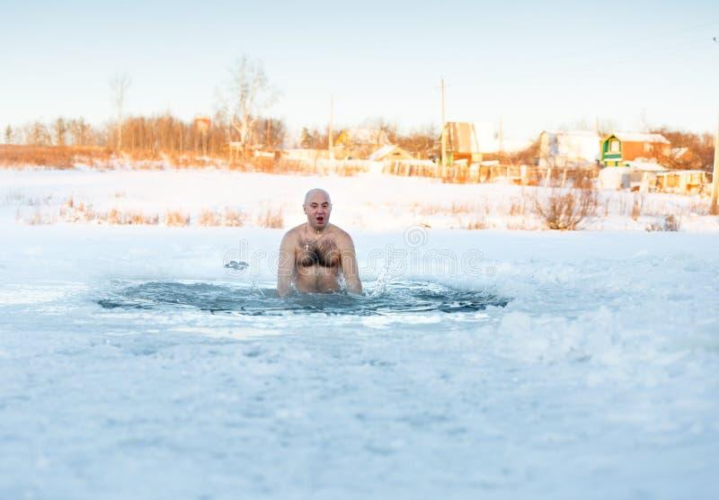 Winter-zwemmer ijs-gat bij meer royalty-vrije stock foto's