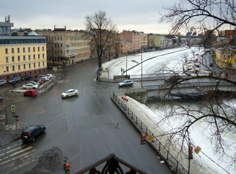 Winteransicht über die Flussdamm Schnallen, St Petersburg stockfotografie