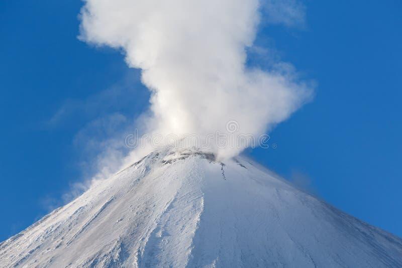 Winteransicht der Spitze der vulkanischer Eruption lizenzfreie stockfotografie