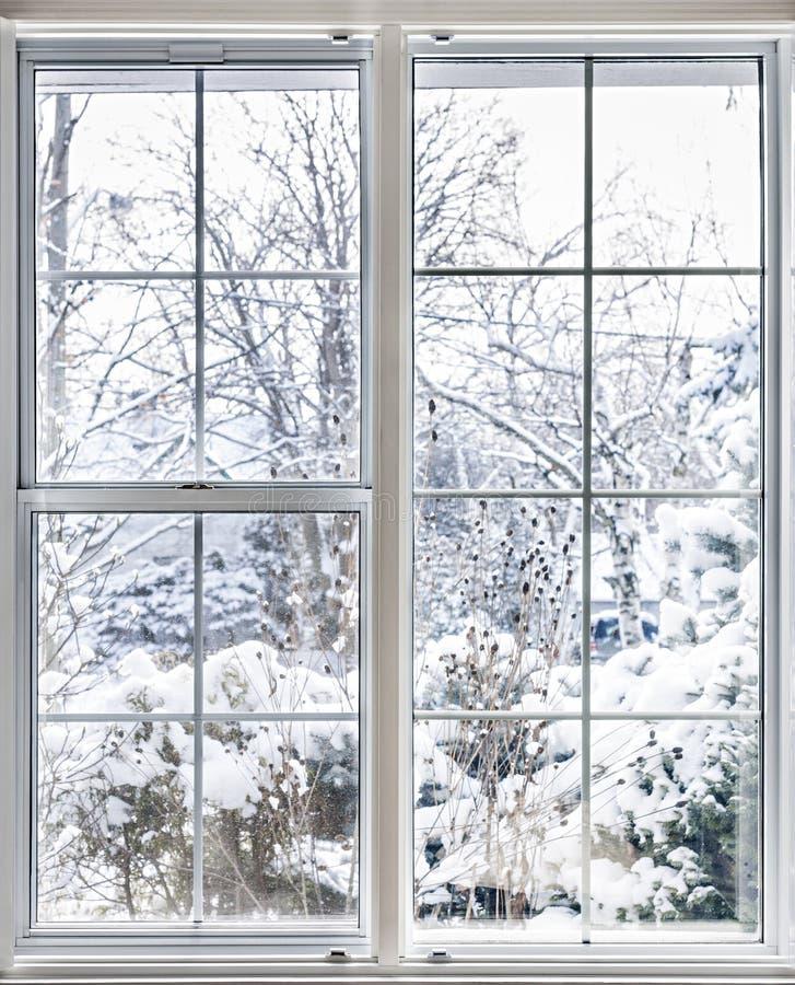 Winteransicht durch Fenster stockfotos