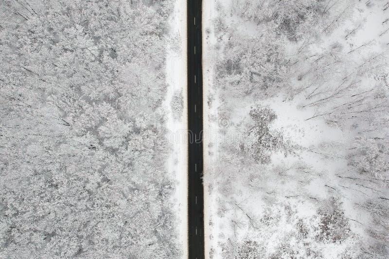 Winteransicht einer Straße mitten in dem Wald stockfoto